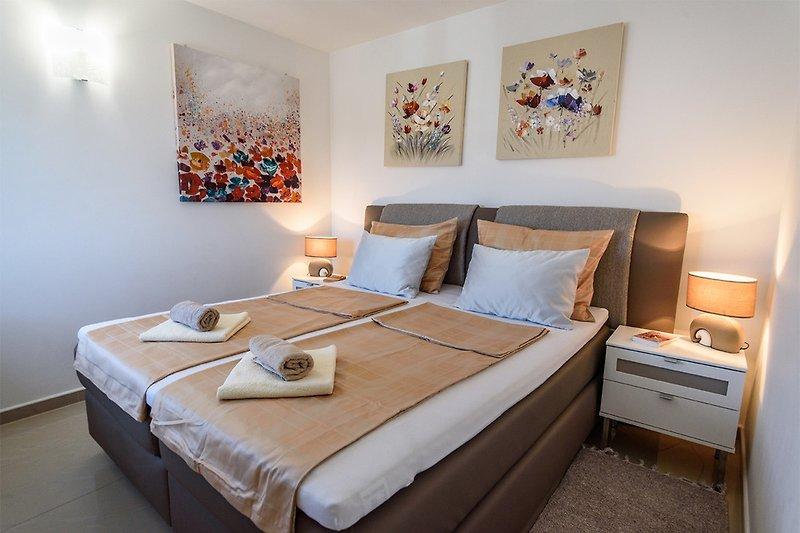 Apartment 4/ Das Schlafzimmer mit Box-Spring-Bett