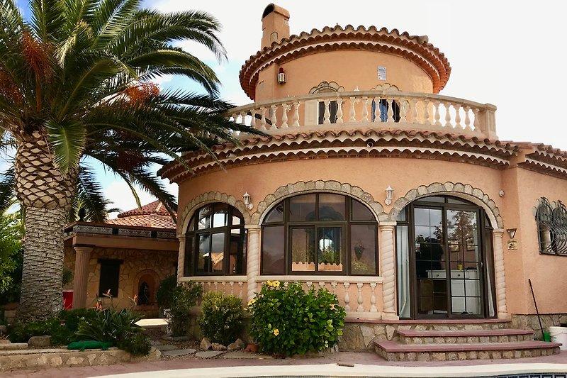 Hausansicht mit Eingang und Pool