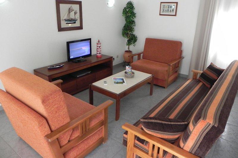 Wohnzimmer mit Schlafsofa mit Klimaanlage