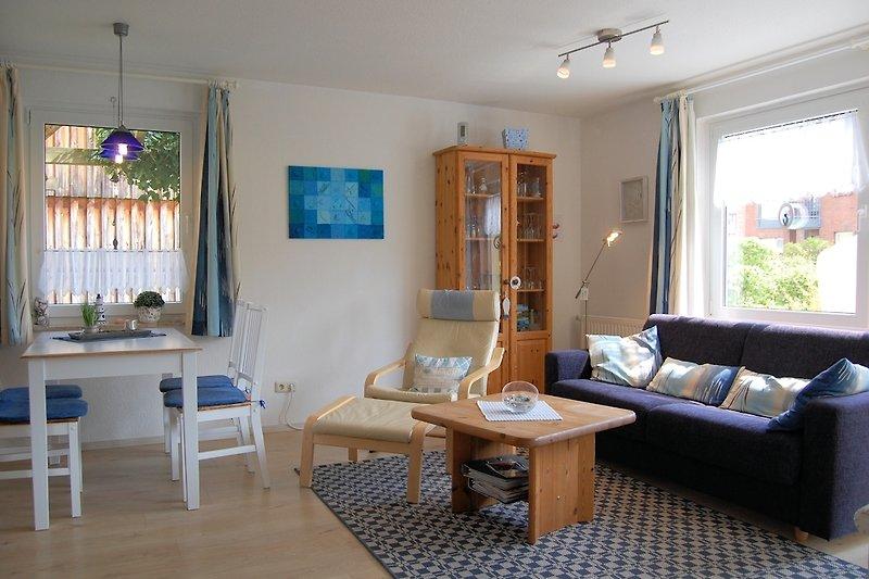 gemütliches Wohnzimmer mit einem hochwertigen Schlafsofa