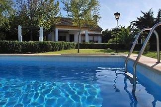 Die hellen und luftigen Wohnzimmer dominiert den Eingang des Hauses, Blick auf den Pool, in einer natürlichen Umgebung gelegen Gewährleistung erholsamen und ruhigen Urlaub für Stress forgeting.
