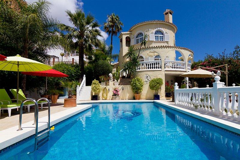 Villa mit 1.060 qm Areal und vielen sehr gut ausgestatteten Terrassen mit Blick zum Meer