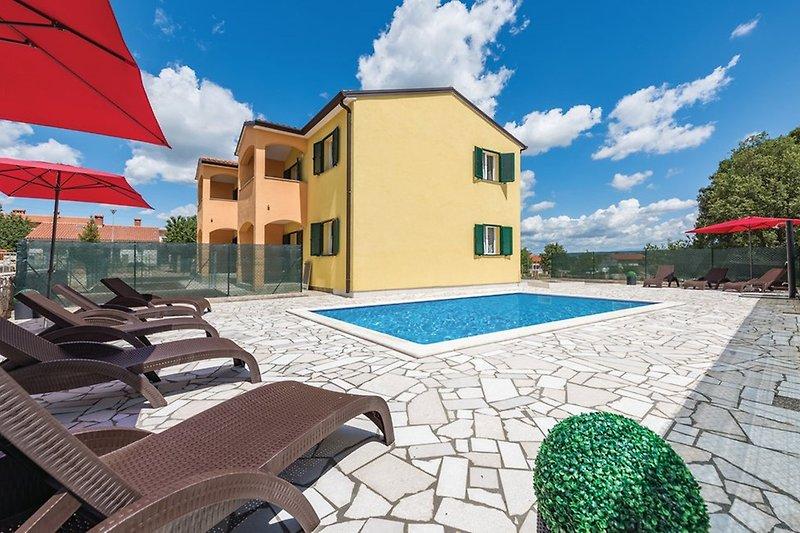 Schöner eigenständiger Pool für Gäste im Bassegio House