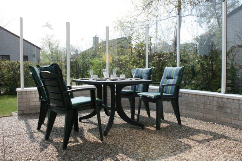 Terrasse: Tisch + Stühle + Liegestuhl