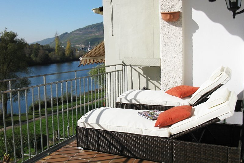 LOGE 1 mit großem Balkon, Moselblick und Sonnenliegen