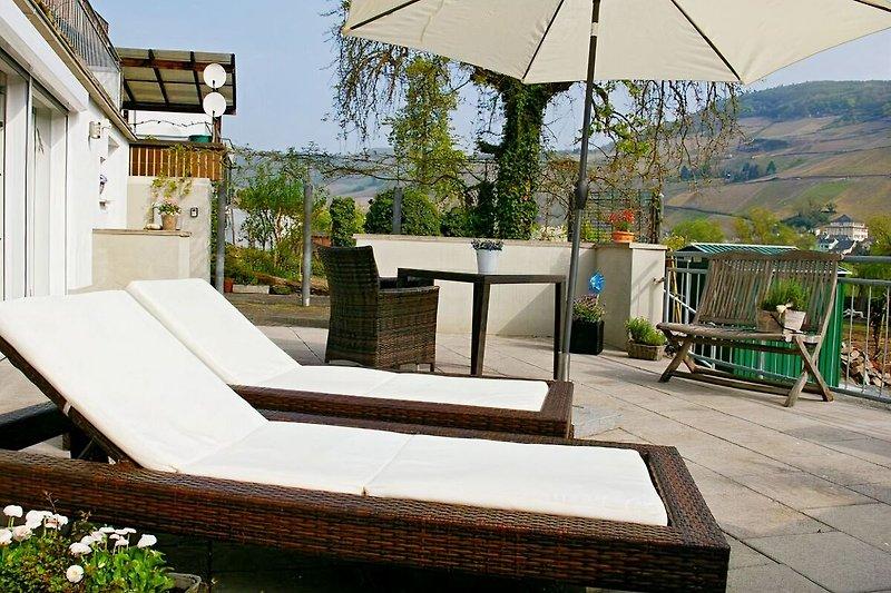 Ferienwohnung Ambiente mit großer Terrasse und Sonnenliegen