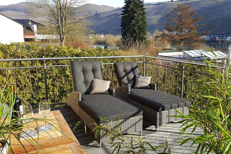Großer Balkon (16 qm) mit Sitzmöbel und Sonnenliegen