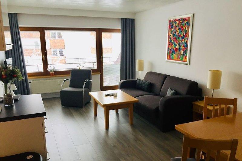 Komfortables und geräumiges Wohnzimmer mit Sofa, Stühlen, gemütlichem Essbereich und viel Stauraum. 2019 modernisiert