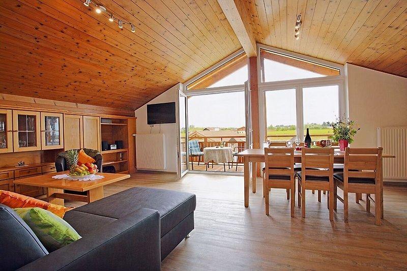 Wohnküche mit gemütlicher Couch und Eßplatz