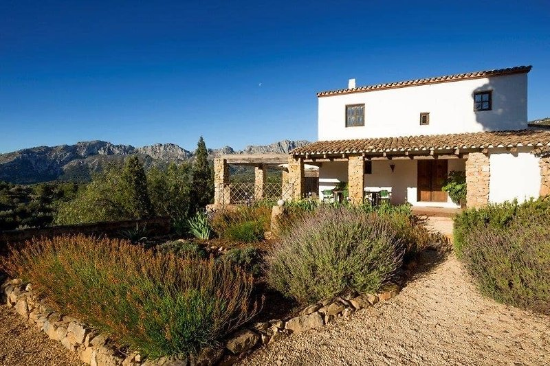 Dies ist die Fassade der Finca Iris mit der Sierra de Bernia im Hintergrund