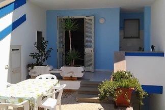 maison blanche et bleu