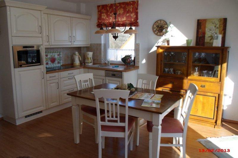 kompl. ausgestattete Küche mit Esstisch