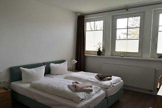 Im Gästehaus der Strandhalle befinden sich 10 modern eingerichtete Zweibettzimmer und ein Gruppenraum zur Nutzung von Gruppenreisenden.