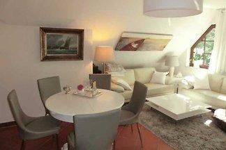 In einem rohrgedeckten Fachwerkhaus - idyllisch und strandnah gelegen befindet sich die Ferienwohnung Boje.