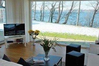 In luxuriös-ruhiger Atmosphäre in Traumlage mit herrlichem Fördeblick liegt die Villa Bellevue mit ihren zwei modern und geschmackvoll eingerichteten Appartements für 6 (im...