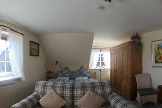 Unser privat geführtes Haus steht im Ortszentrum von Morsum auf einem 1000 qm Grundstück. Im Obergeschoss befinden sich zwei zeitgemäss eingerichtete Ferienwohnungen.