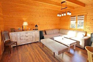 Das Ferienhaus im Blockhaus-Stil für bis zu 4 Personen befindet sich auf dem ca. 1.200 qm grossen Wohngrundstück der Vermieter, nur ca.