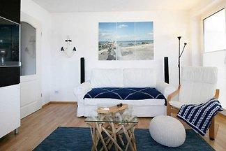 Das moderne Haus befindet sich in der Strandstrasse 8-10 und wurde 2001 fertiggestellt.  Es liegt in zentraler Lage des Ostseebades Baabe.