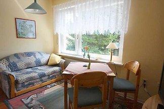 Die Ferienwohnung befindet sich in einem alleinstehenden Haus im Grünen, in der Nähe einer Gartenanlage. Sehr ruhig und idyllisch gelegen.
