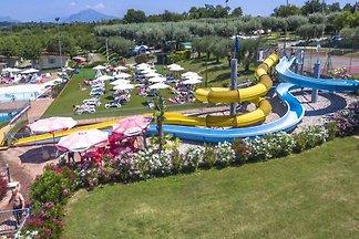 Das schöne Feriendorf Park Delle Rose liegt in Lazise direkt am östlichen Ufer des Gardasees. Die Anlage grenzt direkt an den See und ist somit ideal für Familien.