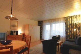 • Das Appartementhaus Haus Nordland befindet sich in zentraler Lage von Westerland, Kjeirstrasse 19-21, in der Nähe zum Zentrum und Bahnhof.