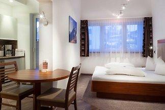 Unsere Apartments liegen mitten in Ischgl an der Pardatschgratbahn, umgeben von Gaststätten, Cafés, Kneipen und Geschäften.