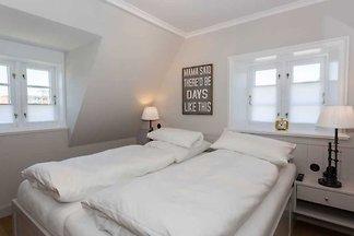 Exquisit. Kamin. Strandnah.  Exklusive 3-Zimmer-Ferienwohnung in der Villa Aegir mit ca. 88 m² auf 2 Ebenen (OG, DG) für bis zu 4 Personen.
