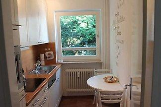 Freundliche und helle 2-Zimmer-Ferienwohnung. Die Wohnung im 1. OG ist mit einem Schlafzimmer, einem Wohnzimmer und separater Küche ausgestattet.