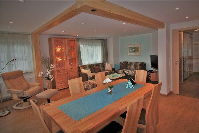Wohnzimmer mit Esstisch und offener Küche