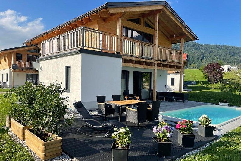 Haus und Terrassenansicht
