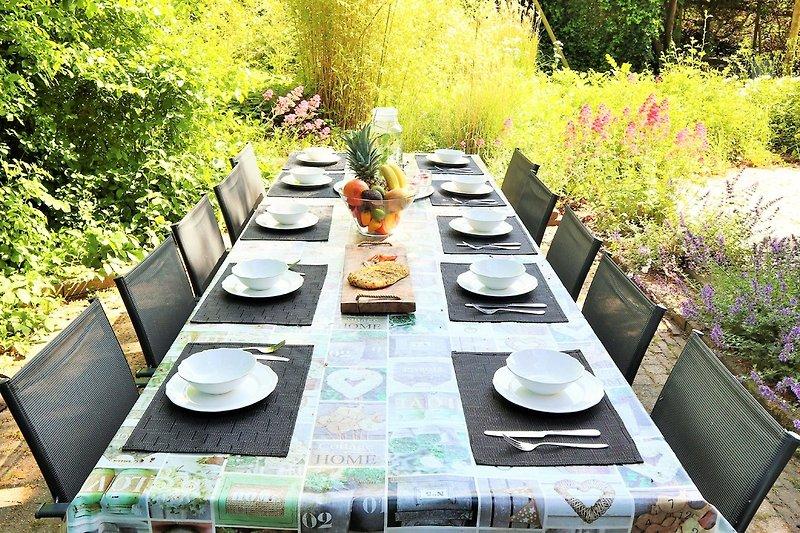 Gartentisch mit 12 Stuhlen