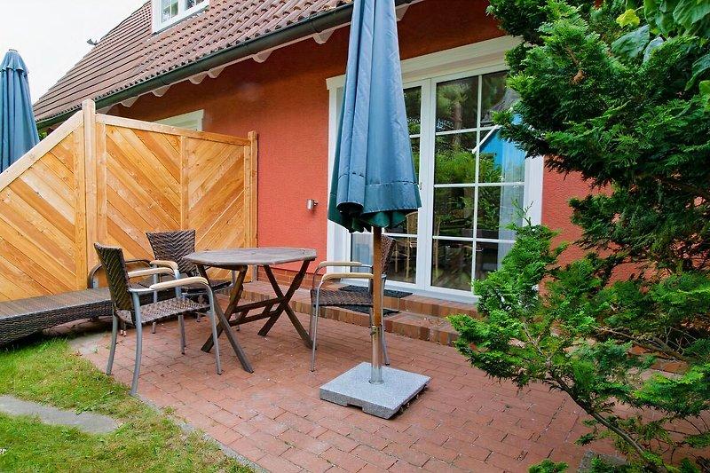 Ferienhaus Wustrow: West-Seite mit Terrasse.