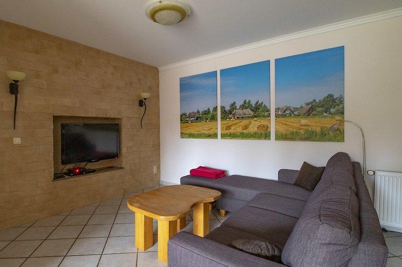 Ferienhaus Wieck: Wohnbereich mit TV.