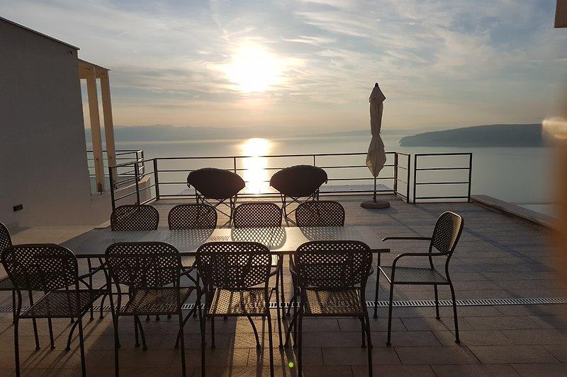 Terrasse und Sitzgelegenheit