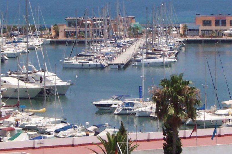 Blick auf den Yachthafen von der großen Terrasse