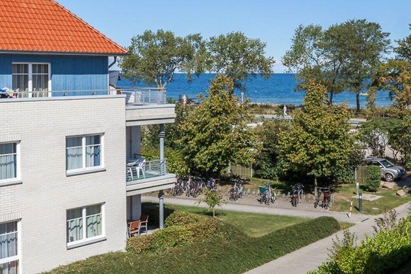 Haus mit Ostsee im Hintergrund