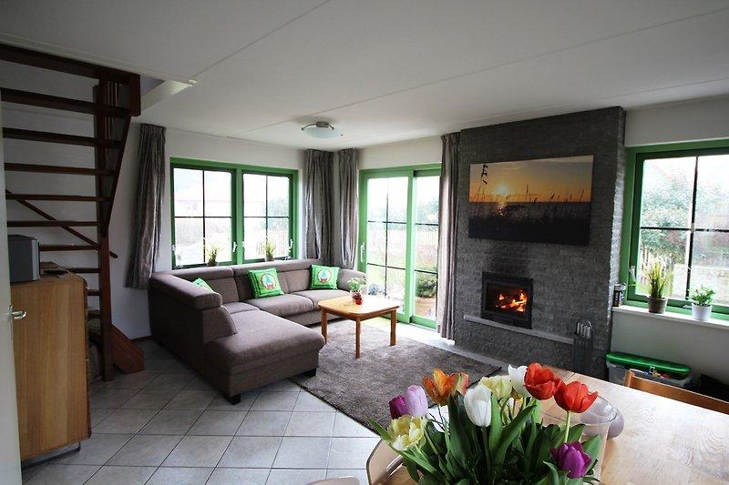 Wohnraum mit großem Esstisch und bequemem Sofa