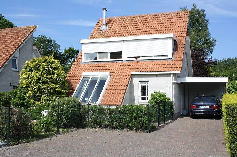 Unser Ferienhaus im Ferienpark Zeeland Village Scharendijke Strand 38. Die Dachgaube gestaltet die Schlafzimmer hell.