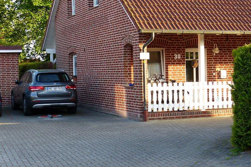 P neben dem Haus