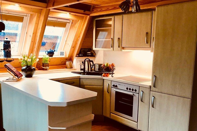 Die Küche mit Tresen.