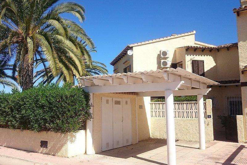 Das Haus mit Carport und privatem Garten mit eigener Palme