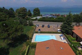 Apartamento con piscina a sólo 300 metros del lago