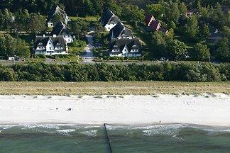 50 m zum ruhigen feinsandigen Strand, 3 Schlafzimmer, 6 Personen (+2) mit kostenlosen WLAN, Sauna und Kamin in einem typisch für Zingst mit Reet gedecktem Haus.