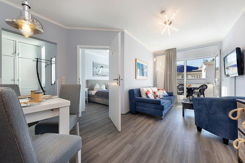 Wohnbereich mit Blick in das Schlafzimmer