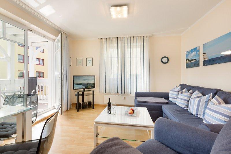 Wohnzimmer mit Austritt zum Balkon