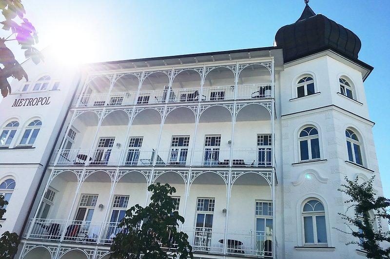 Die Südostansicht: Ihr Balkon liegt ganz oben zum Türmchen hin ...
