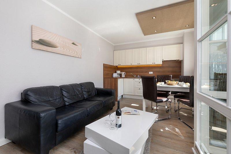 Schönes Wohnzimmer mit Küchenzeile.