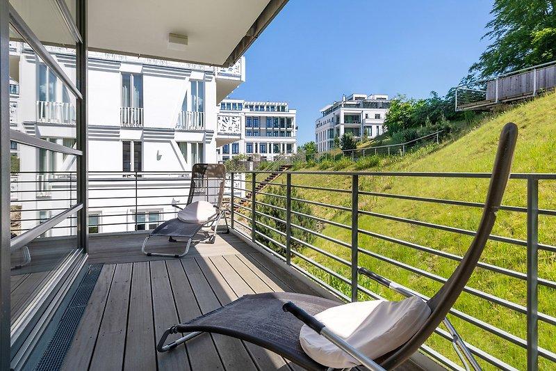 Der Süd-Ost-Balkon ist vom Wohnzimmer aus zu betreten.