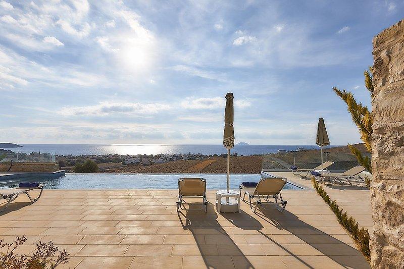 Elkysti Crete - Der Pool mit Blick auf das tiefblaue Wasser des Mittelmeers