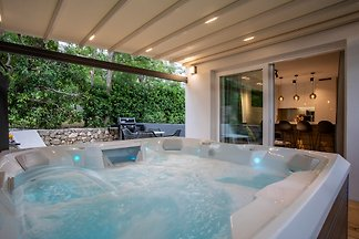 Apartment with an outdoor hot tub